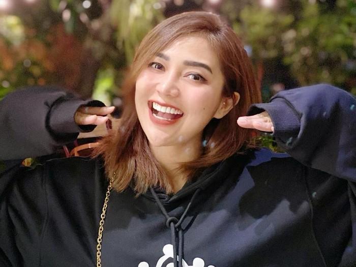 Chacha Sherly meninggal dunia dalam kecelakaan beruntun di Semarang.