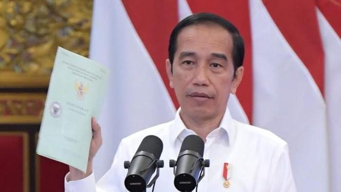 Presiden Jokowi menyerahkan sertifikat tanah di Istana Negara, Jakarta.