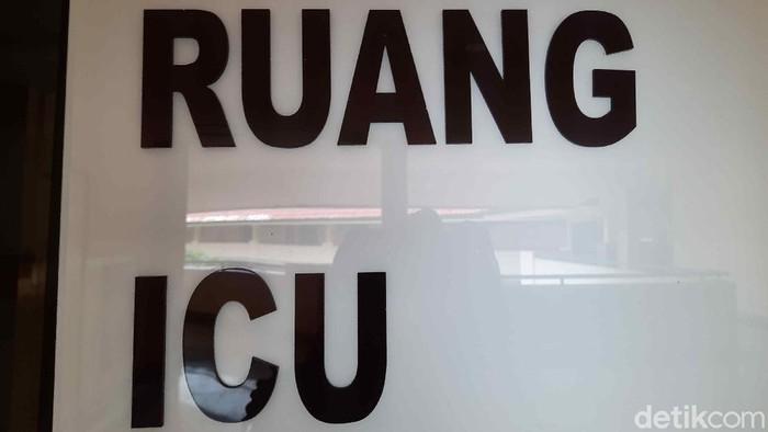 Kasus COVID-19 di Surabaya terus bertambah. Ruang ICU dan IGD yang tersedia di 7 rumah sakit (RS) di Surabaya penuh dengan pasien positif COVID-19.