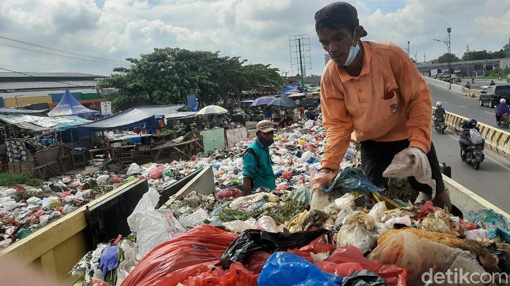 Tumpukan Sampah di Pekanbaru Tak Diangkut, Mulai Keluarkan Aroma Busuk