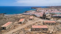 Arsitek bernama Jose Enrique Regalado pun ditugaskan untuk mendesain stasiun karantina bagi para penderita kusta. Dia pun memilih lokasi yang terpencil di Tenerife. Saat itu dipercayai air laut yang hangat bisa menjaga bakteri tetap di kawasan teluk dan tidak menyeberang ke daratan Spanyol.