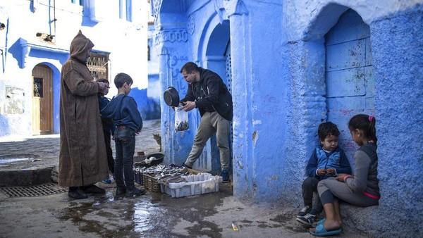 Julukan tersebut diberikan bukan tanpa alasan. Saat berkunjung ke Chefchaouen bangunan-bangunan yang berdiri di kota itu tampak dihiasi dengan warna biru.
