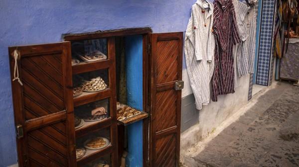 Menurut beberapa catatan sejarah, warna biru pada Kota Chefchaouen ini merupakan sisa sejarah Abad ke-15. Saat para pengungsi Yahudi lari dari penguasaan Spanyol dan menetap di Chefchaouen. Mereka membawa tradisi mewarnai semua barang dengan warna biru, untuk menyamakan dengan langit dan mengingatkan mereka pada Tuhan.