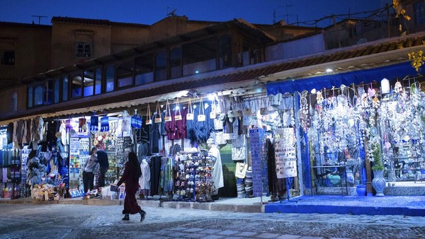 Kota Chefchaouen berkonsep kota tua, atau madinah qodimah. Sehingga untuk mengelilingi Kota Chefchaouen, Anda hanya bisa bersepeda atau berjalan kaki saja. Penghasilan utama masyarakat Chefchaouen bergantung pada wisata dan pertanian.