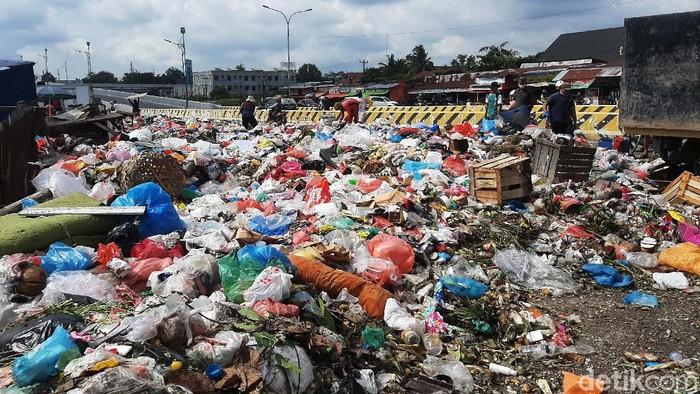 Tumpukan sampah tercecer di Pasar Pagi Arengka Kota Pekanbaru, Riau. Sampah ini menimbulkan bau tidak sedap dan meresahkan masyarakat.