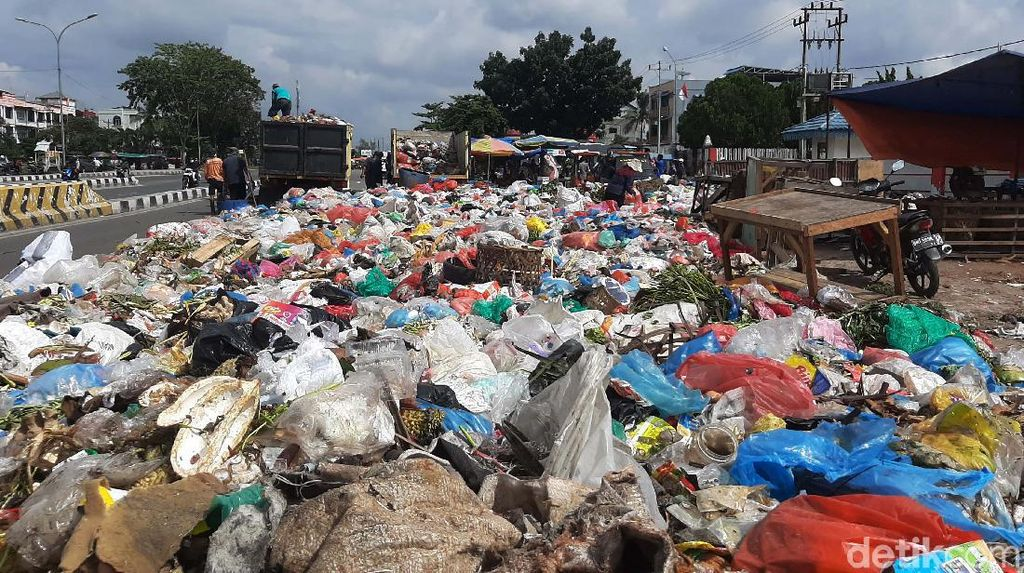 Tumpukan Sampah di Pekanbaru Keluarkan Bau Busuk