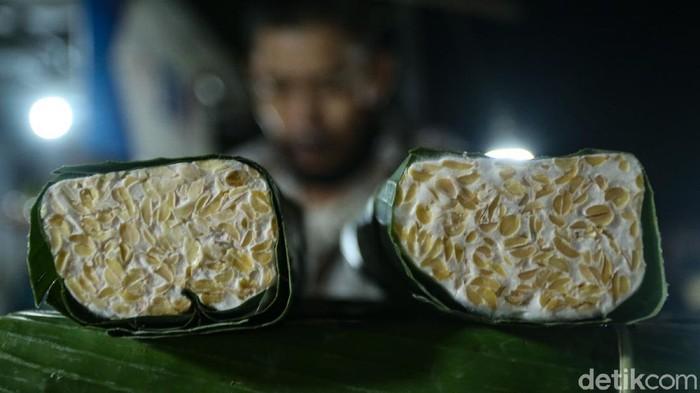 Penjual tempe di Pasar Kramat Jati mulai kembali berjualan usai perajin mogok kerja selama 3 hari. Laris manis, belum sampai matahari terbit pun, dagangan ludes terjual habis.