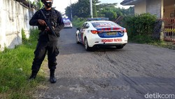 Puluhan ribu dosis vaksin COVID-19 tiba di Yogyakarta dengan pengawalan dari Brimob Polda DIY. Rencananya, vaksin akan mulai disuntikkan 14 Januari.