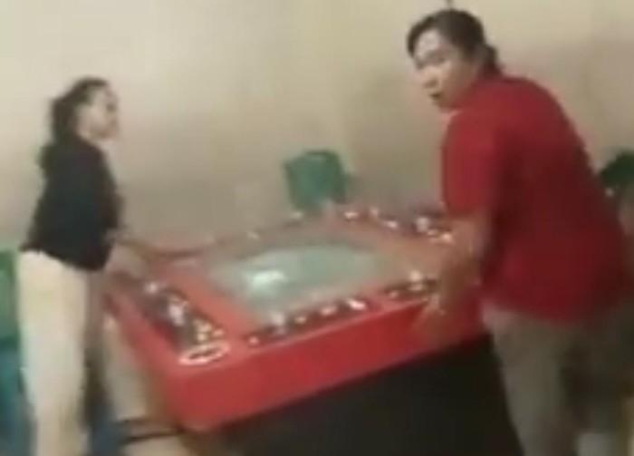 Video viral emak-emak hancurkan tempat judi di Medan (dok. Istimewa)