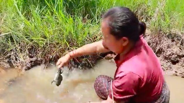 Wanita Laos Ini Hidup di Hutan, Masak Kodok, Ular hingga Buaya