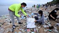 Kegiatan tersebut dilakukan untuk membersihkan sampah kiriman yang terbawa arus gelombang laut dan terdampar kawasan Pantai Kuta yang mengganggu aktivitas warga serta wisatawan.