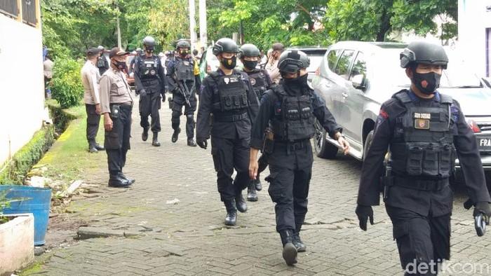 Dua terduga teroris di Makassar ditembak mati Densus 88 Antiteror Polri karena melakukan perlawanan (Hermawan Mappiwali/detikcom)