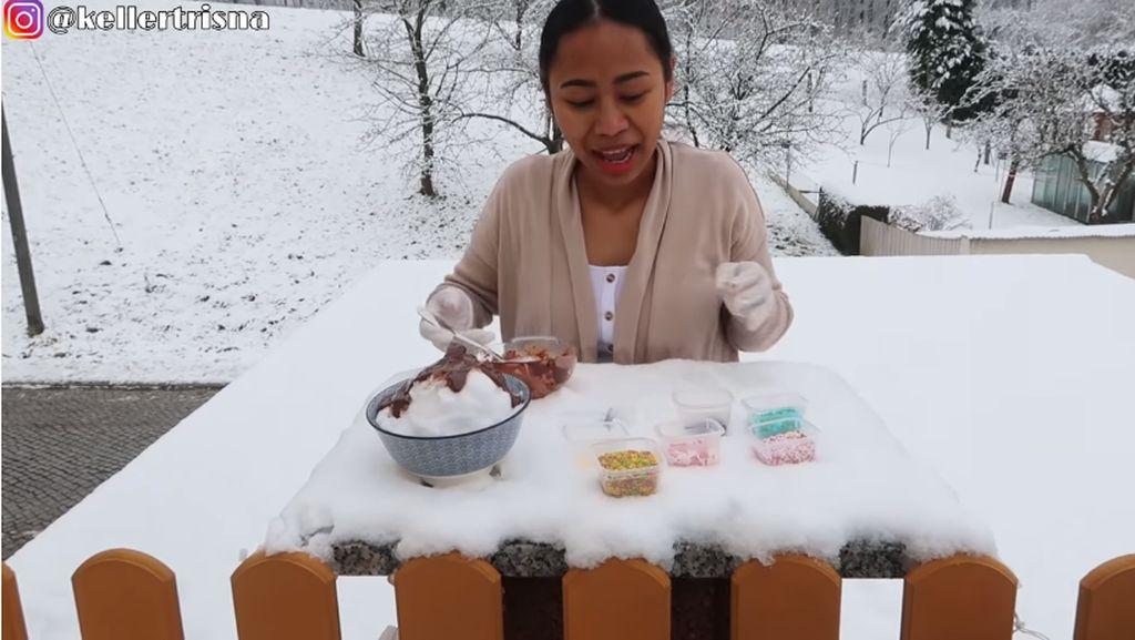 Wanita di Jerman Bikin Es Kepal Milo Pakai Salju, Apa Aman Dimakan?