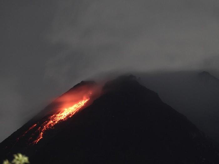 Titik api diam terlihat dari lereng Gunung Merapi Desa Kinahrejo, Cangkringan, Sleman, DI Yogyakarta, Selasa (5/1/2020). Balai Penyelidikan dan Pengembangan Teknologi Kebencanaan Geologi (BPPTKG) menyebutkan Gunung Merapi telah mengalami fase erupsi. ANTARA FOTO/Hendra Nurdiyansyah/hp.