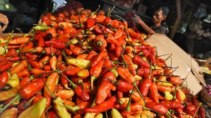 Pedagang sayur melayani pembeli di Pasar Induk Rau, Serang, Banten, Rabu (6/1/2021). Harga cabai rawit merah di daerah tersebut naik dari Rp80 ribu menjadi Rp97 ribu per kilogram sejak dua hari lalu akibat pasokan berkurang. ANTARA FOTO/Asep Fathulrahman/rwa.