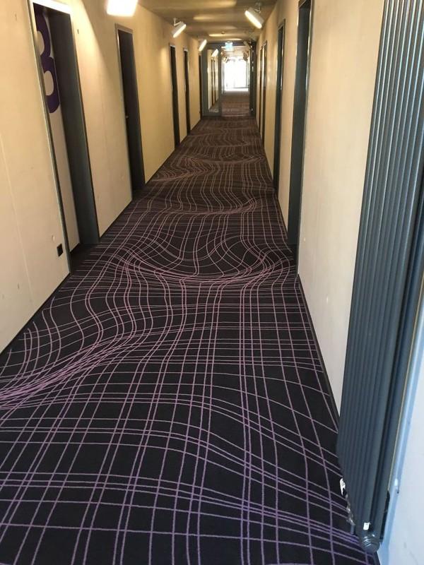 Mungkin saat mau melewati lantai ini kamu merasa pusing. Aduh, ini emang laintainya bercorak seperti ini atau memang bergelombang? (dok Bored Panda)