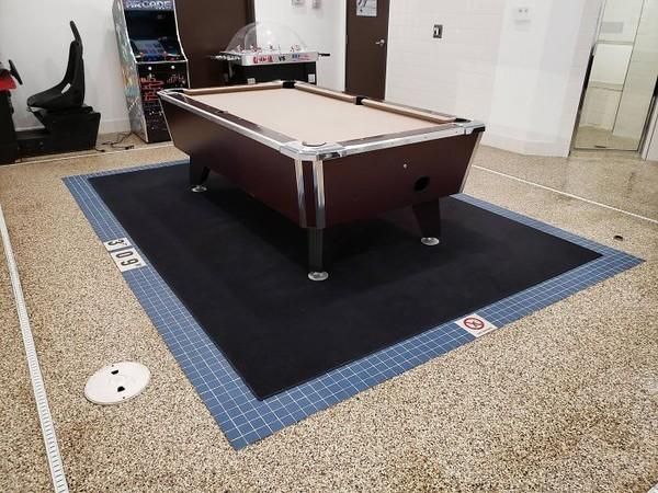 Katanya ada area kolam renang, tapi kok jadi tempat bermain biliar? (dok Bored Panda)