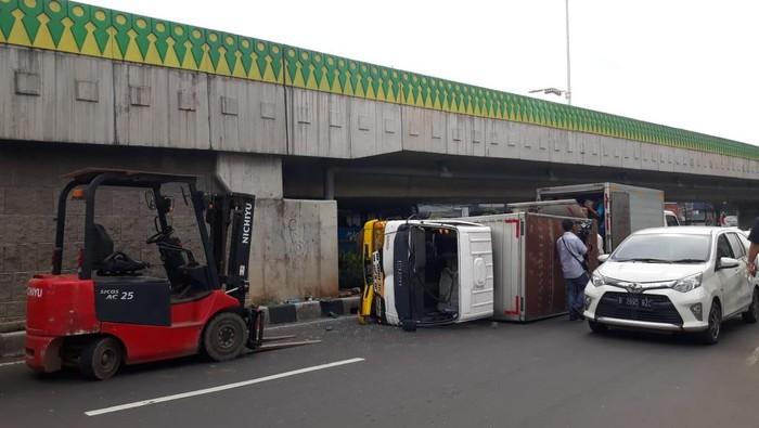 Mobil boks terguling di Jalan Kapten Tendean, Mampang, Prapatan, Jaksel.
