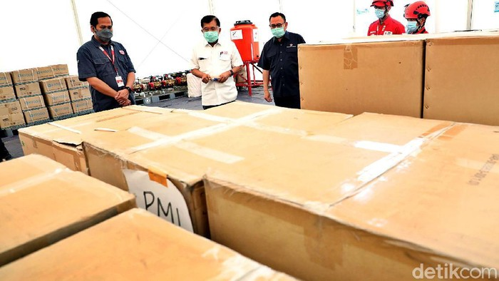 Ketum PMI Jusuf Kalla mengecek kesiapan dan stok di Gudang Darurat COVID-19, Jakarta. JK menginstruksikan agar stok segera didistribukan kepada masyarakat.