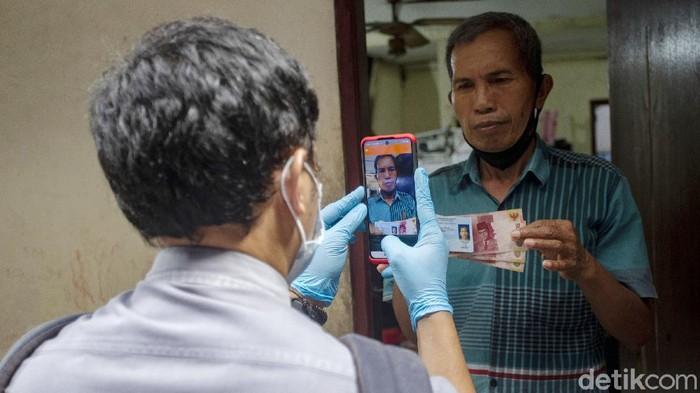 Pemprov DKI Jakarta mulai menyalurkan bantuan sosial tunai (BST) yang diharapkan bisa meminimalisir dampak akibat pandemi virus Corona.