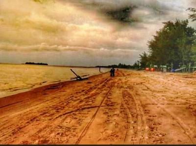 Menanti Kemilau Senja di Pantai Batakan