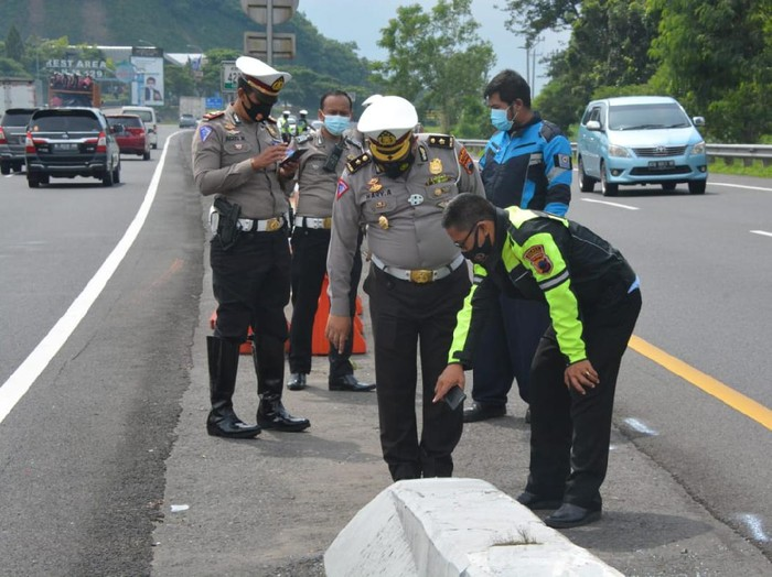 Polisi olah TKP kecelakaan di tol Semarang-Solo yang tewaskan Chacha Sherly eks Trio Macan, Selasa (5/1/2021).