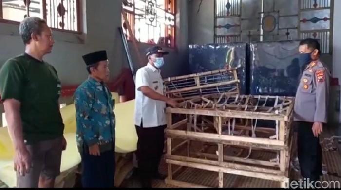 Kasur pegas abal yang saat dibongkar berisi kardus ternyata dibuat di Kabupaten Tegal, Jawa Tengah. Polisi dan Camat setempat pun mendatangi produsen kasur tersebut.