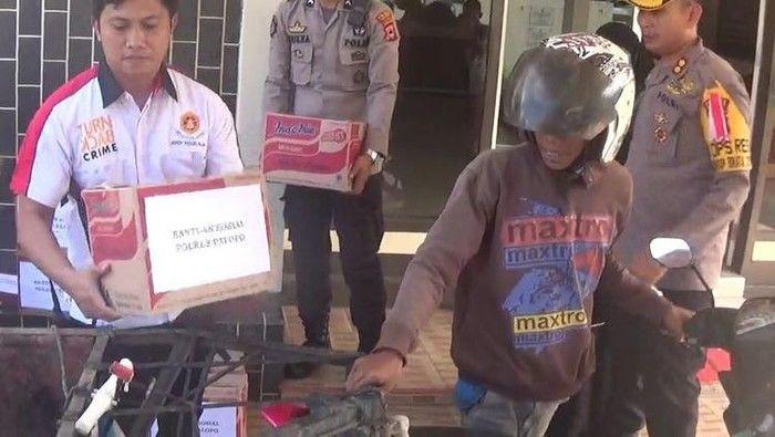 Mulia! 5 Polisi Ini Traktir Sayuran dan Gorengan untuk Masyarakat