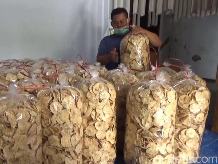 Produsen keripik tempe di Tulungagung memilih tidak menaikkan harga jual, meski harga kedelai meroket. Mengapa demikian?