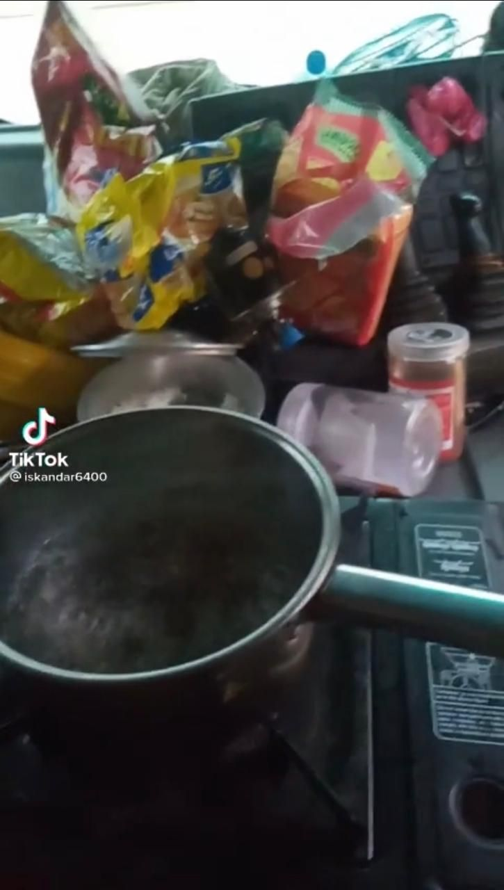 Santuy! Terjebak Banjir di Dalam Truk, Pria Ini Asyik Masak Mie Instan