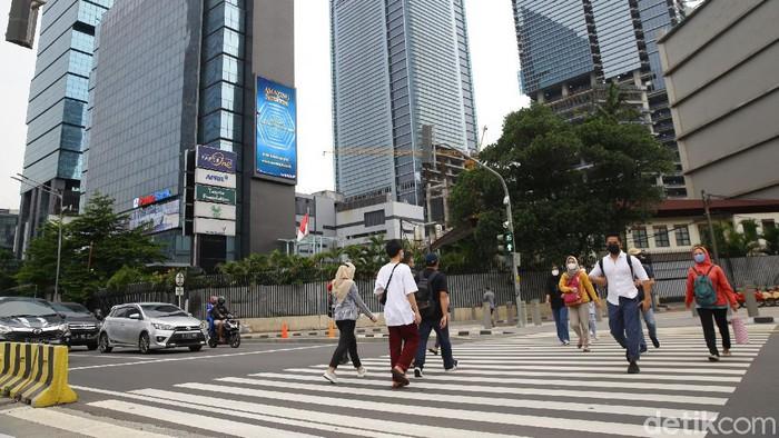 Pemerintah membuat kriteria pembatasan kegiatan masyarakat. Daerah-daerah yang masuk kriteria wajib melakukan pembatasan kegiatan, terutama di Pulau Jawa dan Bali.