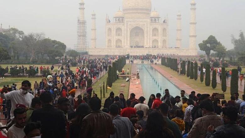 Taj Mahal di hari pertama buka di tahun 2021