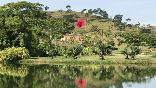 Notarimembangunvagina raksasa di lereng bukit di Usina de Arte, taman seni pedesaan di negara bagian Pernambuco, Brasil timur laut.Dalam unggahan tersebut dikatakan juga bahwa pekerjaan itu dimaksudkan untuk mempertanyakan hubungan antara alam dan budaya dalam masyarakat barat falosentris dan antroposentris.