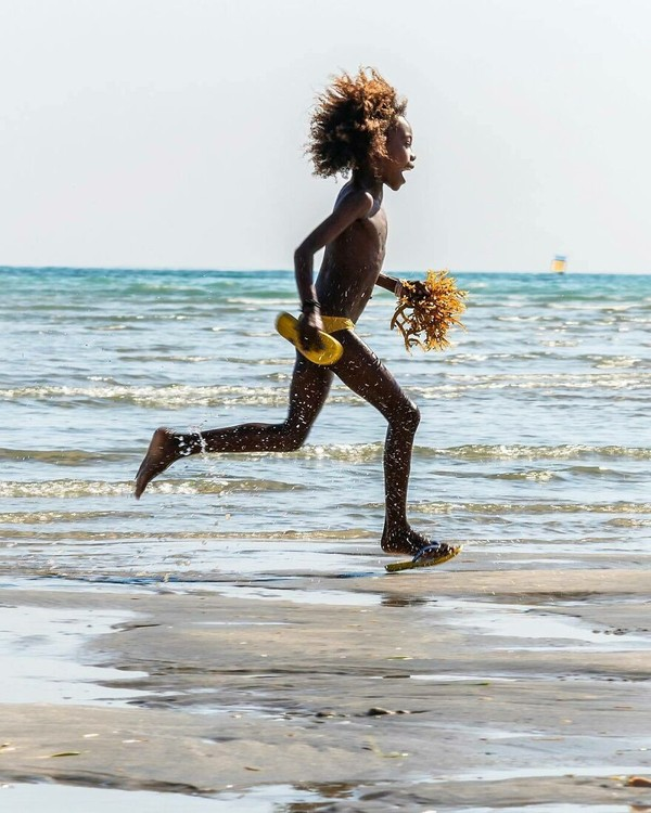 Seorang anak berlari di pantai Madagaskar. (Massimo Bietti/Instagram)
