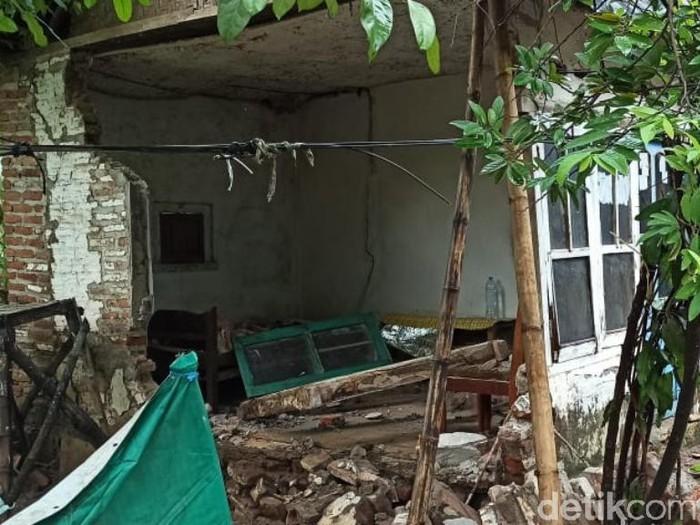 Banjir Pasuruan berdampak kerusakan jalan dan rumah warga di Desa Sekarputih, Kecamatan Gondangwetan, Kabupaten Pasuruan. Di desa ini, banjir sempat mencapai 2 meter dan saat ini sudah surut.