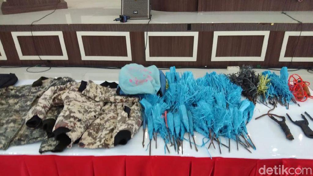 Deretan Busur Panah-Senapan Diamankan dari Rumah Anggota JAD di Makassar