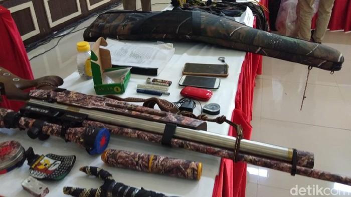 Barang bukti yang diamankan dari penangkapan teroris di Makassar