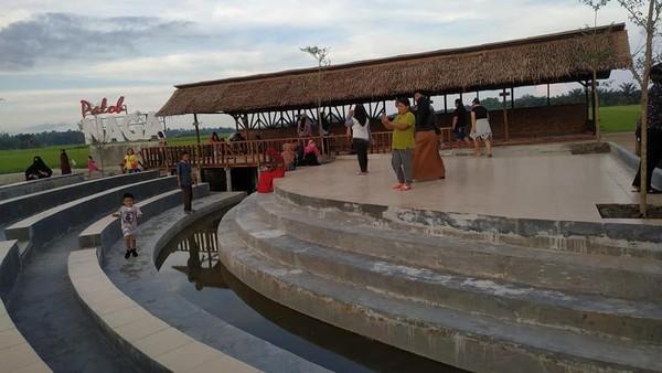 Ada pula aktifitas lain yang bisa traveler lakukan di Desa Wisata Kampoeng Lama, di antaranya outbond hingga keliling kampung.