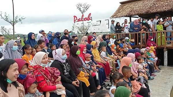 Beberapa hari lalu, Agrowisata paloh Naga yang menjadi destinasi di Desa Wisata Kampoeng Lama baru saja membuka Pasar Tradisional Paloh Naga.