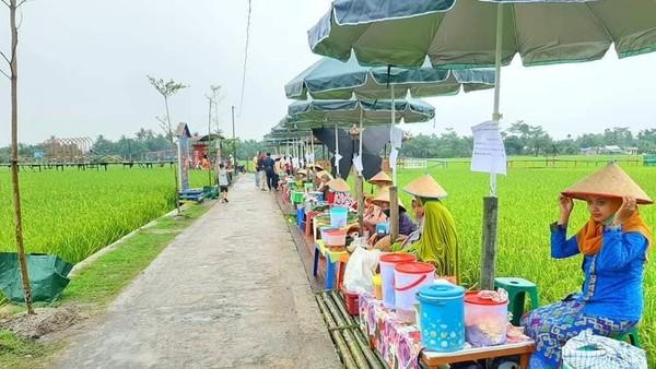 Pasar Tradisional Paloh Naga menyuguhkan jajanan dan minuman tempo doloe seperti Grontol Jagung, Sawot Ubi, ambuyat, Lapek Bugih, Bubur Pedas Khas melayu dan makanan tradisonal lainnya.