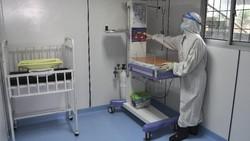 Puskesmas Duren Sawit di kawasan Jakarta Timur, menyiapkan ruang bersalin khusus bagi pasien COVID-19. Seperti apa penampakannya? Yuk, lihat.