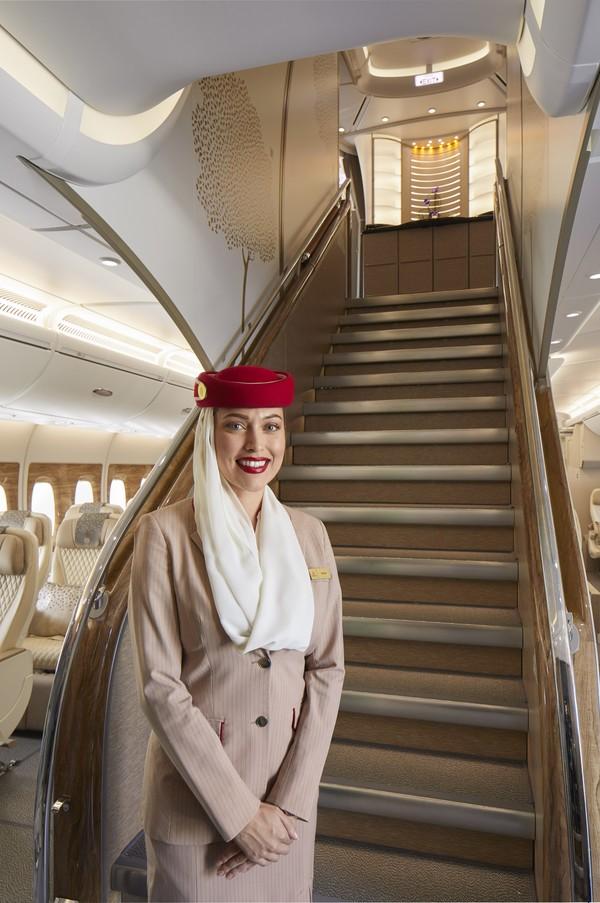 Tangga tengah utama di A380 Emirates.Kabin ekonomi premium Emirates terletak di bagian depan dek utama dengan 3 kamar kecil yang didedikasikan untuk pelanggan.