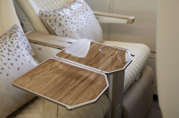 Pelanggan juga akan menemukan berbagai sentuhan unik, termasuk titik pengisian daya di kursi yang mudah diakses, meja makan yang lebar, dan meja koktail samping.