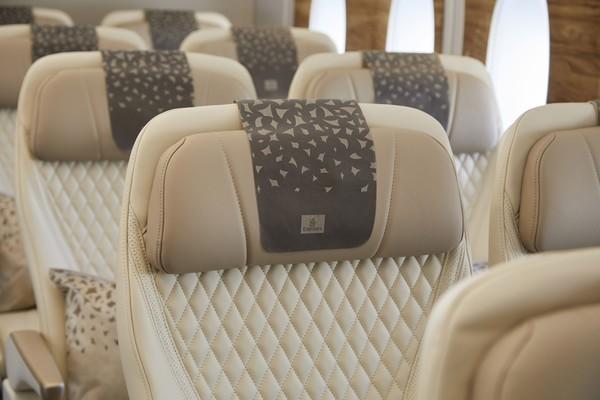 Berbalut kulit anti noda berwarna krem dengan detail jahitan dan finishing panel kayu, kursi kelas ekonomi premium ini mirip dengan kelas bisnis.