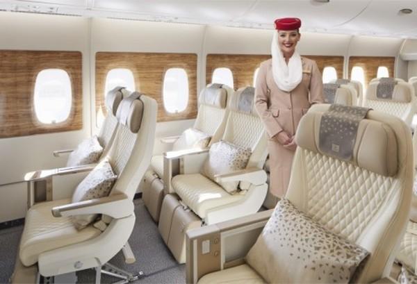 Dengan jarak tinggi hingga 40 inci, kursi ekonomi premium Emirates memiliki lebar 19.5 inci dan dapat bersandar 8 inci ke posisi cradle yang nyaman dengan banyak ruang untuk berbaring.
