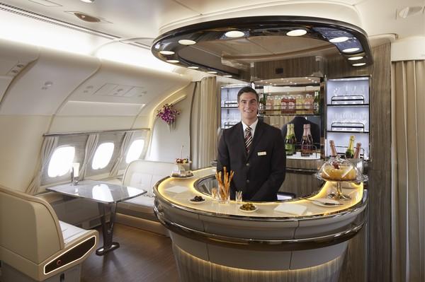 Onboard lounge di pesawat A380 Emirates.