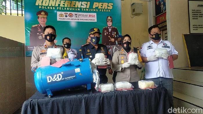 Polisi mengamankan seorang kurir dan menyita 7,2 kilogram sabu yang disimpan dalam tabung kompresor di Surabaya. Polres Pelabuhan Tanjung Perak bekerja sama dengan Bea Cukai Tanjung Perak, mengungkap kasus penyelundupan sabu jaringan internasional.