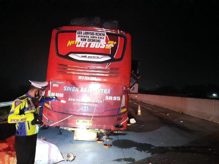 Bus lintas Bali, Jawa, Sumatera menabrak truk bernopol B 9975 BYZ di Tol Magetan KM 595 B. Dua orang tewas dalam kecelakaan tersebut.