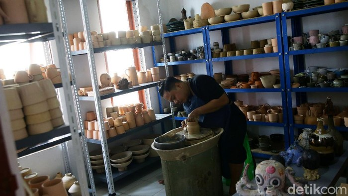 Beragam peralatan rumah tangga dari keramik kian dilirik publik. Bentuknya yang unik dan menarik cukup menjanjikan untuk dijadikan sumber cuan. Penasaran?