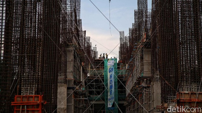 Sejumlah pekerja melakukan pengerjaan proyek revitalisasi Taman Ismail Marzuki, Cikini, Rabu (6/1/2021). Menurut keterangan Jakarta Propertindo (Jakpro) saat ini progres keseluruhan proyek revitalisasi TIM telah mencapai 55 persen.